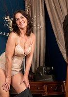 Зрелая барышня остается без одежды и светит волосатой пилоткой в кабинете 7 фотография