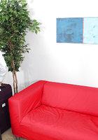 Молодуха в джинсовых шортах дрочит крупный член очкарика на красном диване 1 фотография