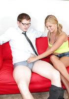 Молодуха в джинсовых шортах дрочит крупный член очкарика на красном диване 4 фотография