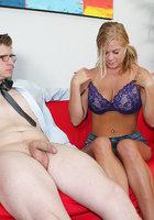 Молодуха в джинсовых шортах дрочит крупный член очкарика на красном диване 6 фотография