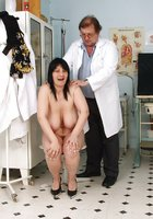 Гинеколог в очках проводит осмотр волосатой киски на кресле 2 фотография