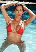 Мокрая латинка в красном купальнике позирует около бассейна 1 фотография