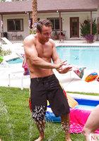 Атлетичный сосед трахает двух стройных цыпочек во дворе у бассейна 1 фотография
