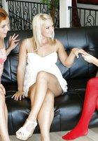 Рыжая лесбиянка и две блондинки устроили однополый секс на софе 1 фотография