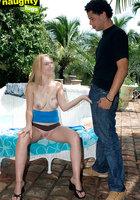 Блонда с татуировкой на сиське дрочит пенис мулата около бассейна 1 фотография