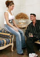 Высокая телка в джинсах отдалась хахалю с большой елдой 1 фотография