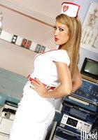 Стриптиз горячей медсестры в белых чулках 2 фотография