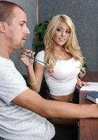 Тупая пизда во время экзамена в автошколе отсасывает мужику, чтобы списать 1 фотография