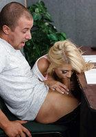 Тупая пизда во время экзамена в автошколе отсасывает мужику, чтобы списать 5 фотография
