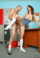 Тренер и грудастая зрелка в кроссовках устроили перепихон в футбольной раздевалке 9 фотография