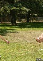 Тренер и грудастая зрелка в кроссовках устроили перепихон в футбольной раздевалке 11 фотография