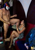 Качок в маске снимает трусы и дает в рот телкам на вечеринке в баре 14 фотография