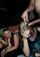 Качок в маске снимает трусы и дает в рот телкам на вечеринке в баре 16 фотография