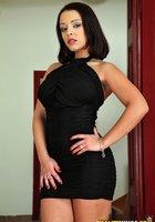 Тетка с натуральной грудью позирует в черных трусиках на софе 1 фотография