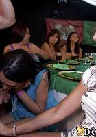 Рельефный стриптизер трахает в рот разных женщин на девичнике 10 фотография