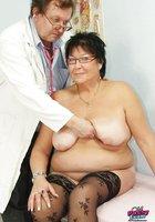 Гинеколог трахает секс игрушками зрелую пышку в кабинете 3 фотография