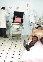 Гинеколог трахает секс игрушками зрелую пышку в кабинете 4 фотография
