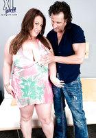 Крендель массирует большие груди толстушки и раздевает ее догола около дивана 3 фотография