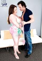 Крендель массирует большие груди толстушки и раздевает ее догола около дивана 5 фотография
