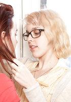 Рыжая лесбиянка и белобрысая подруга устроили шалости на полу 3 фотография