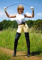 Белобрысая зрелка жокей позирует во время прогулки на природе 1 фотография