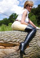 Белобрысая зрелка жокей позирует во время прогулки на природе 3 фотография