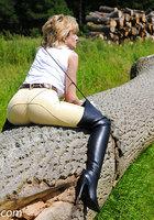 Белобрысая зрелка жокей позирует во время прогулки на природе 4 фотография