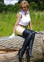Белобрысая зрелка жокей позирует во время прогулки на природе 6 фотография