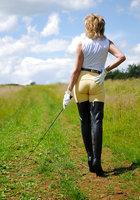 Белобрысая зрелка жокей позирует во время прогулки на природе 7 фотография
