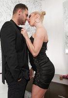 Одетый факер трахает блонду в черном платье около умывальника 2 фотография