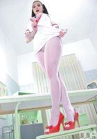 Грудастая медсестра с педикюром трахает пилотку красной туфлей на кушетке 2 фотография