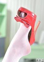 Грудастая медсестра с педикюром трахает пилотку красной туфлей на кушетке 7 фотография