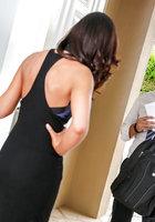 Юрист насадил на член кареглазую Tiffany Brookes на сером диване 1 фотография