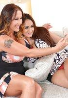 Лесбиянки оголяют большие сиськи и шалят на сером диване 1 фотография