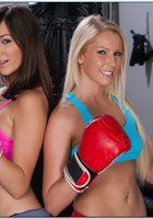 Две боксерши в кроссовках оголили мясистые булки на полу 2 фотография