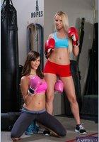 Две боксерши в кроссовках оголили мясистые булки на полу 3 фотография