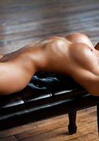 Мисс с розовым маникюром позирует в обнаженном виде на пуфике 7 фото