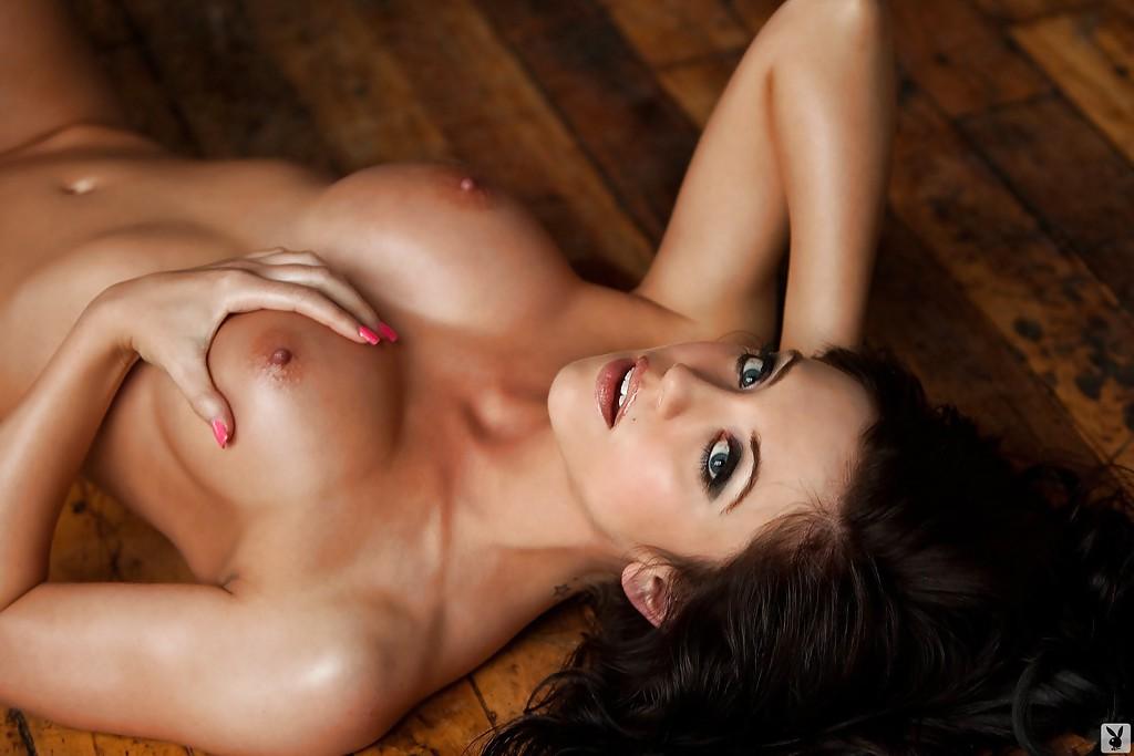 Мисс с розовым маникюром позирует в обнаженном виде на пуфике 12 фотография