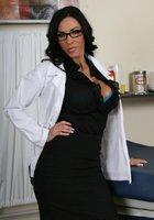 Пышногрудая врачиха в белом халате разделась до голубого белья в кабинете 2 фотография