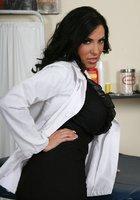 Пышногрудая врачиха в белом халате разделась до голубого белья в кабинете 3 фотография