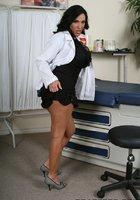 Пышногрудая врачиха в белом халате разделась до голубого белья в кабинете 5 фотография