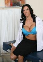 Пышногрудая врачиха в белом халате разделась до голубого белья в кабинете 10 фотография