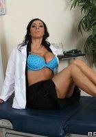 Пышногрудая врачиха в белом халате разделась до голубого белья в кабинете 12 фотография