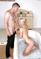 Блонда с длинными ресницами стоит на коленях и делает минет в ванной 3 фотография