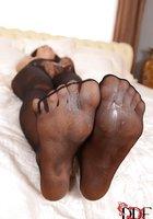 Молодуха в черных колготах дрочит фаллос ступнями и светит красным педикюром 16 фотография
