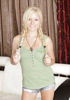 Милая блондинка с пирсингом в пупке показала обнаженное тело в гостиной 1 фотография