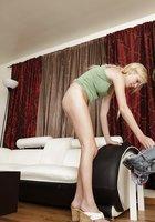 Милая блондинка с пирсингом в пупке показала обнаженное тело в гостиной 4 фотография