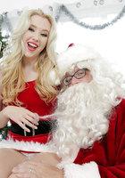 Блондинка в красном костюме оголяет вагину перед Сантой около елки 1 фотография