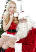 Блондинка в красном костюме оголяет вагину перед Сантой около елки 2 фотография