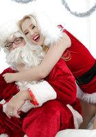 Блондинка в красном костюме оголяет вагину перед Сантой около елки 4 фотография